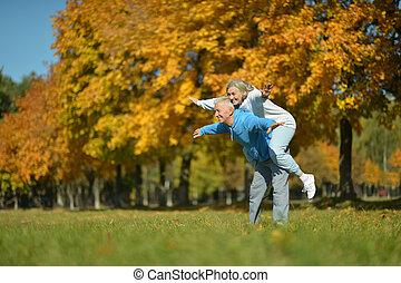 paar, middelbare leeftijd , hebbend plezier, park