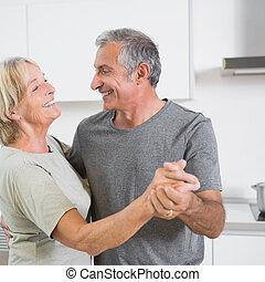 paar, middelbare leeftijd , het dansen aaneen, het glimlachen