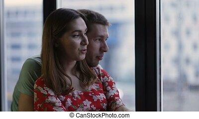 paar, nakomeling kijkend, venster, door, vredig