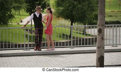 paar, park, wandelende