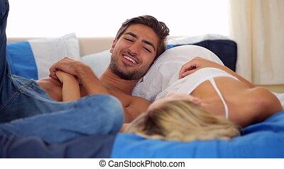paar, schattig, het liggen, kletsende, bed