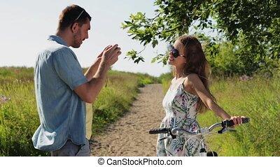 paar, smartphone, fiets, het fotograferen