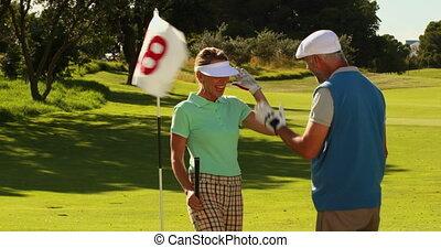 paar, staand, miniatuur golfbaan