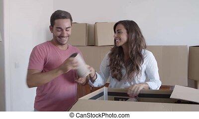 paar, vrolijke , dozen, uitpakken, karton, farceren