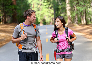 paar, vrolijke , hikers, wandelende, natuur