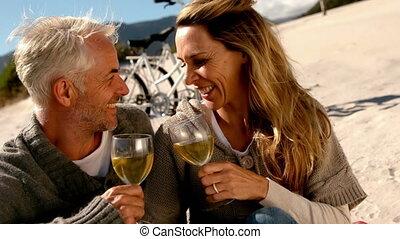 paar, wijntje, witte , drinkt, vrolijke