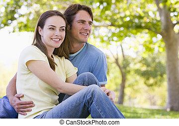 paar, zittende , het glimlachen, buitenshuis