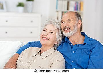 paar, zittende , tevreden, bejaarden, reminiscing