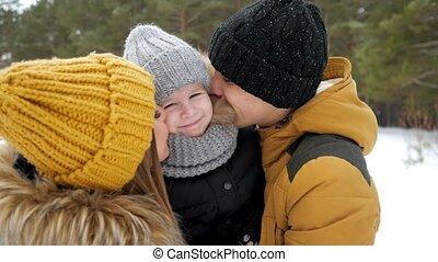 papa, het knuffelen, weinig; niet zo(veel), winter, zoon, hun, park., mamma, kussende