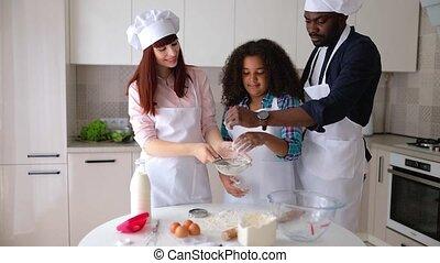 papa, meisje, bakken, afrikaans-amerikaan, vanessa, haar, keuken, cakes., mamma