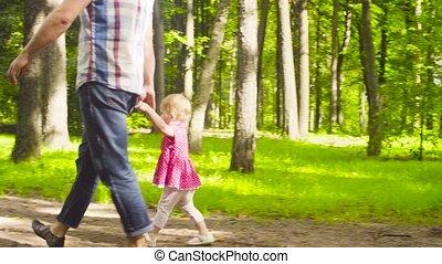 papa, weinig; niet zo(veel), park, wandelende, baby meisje
