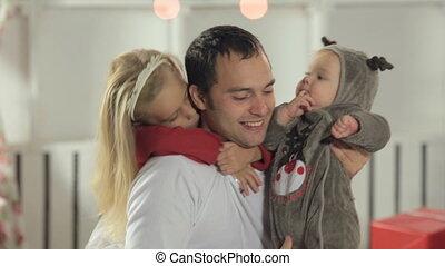 papa, weinig; niet zo(veel), zijn, dochter, geklede, hertje, langharige, baby, spelend