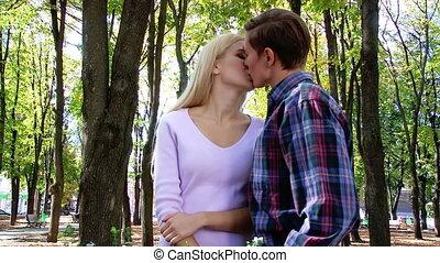 park., flirten, kussende , paar, jonge