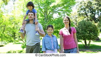 park, gelukkige familie, wandelende
