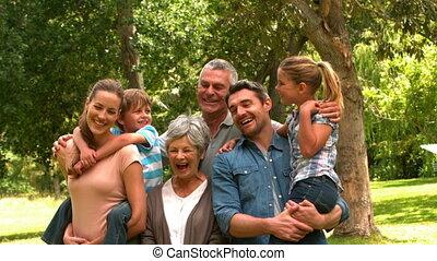 park, het poseren, uitgebreide familie