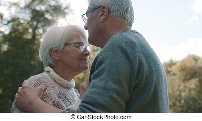 park., kus, flirten, oud, voorhoofd, dag, bejaarden, vrolijke , park, dancing, man, herfst, paar, senior, woman.