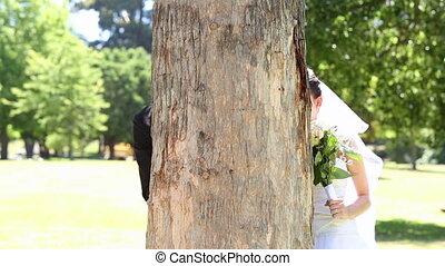park, newlyweds, het poseren, vrolijke