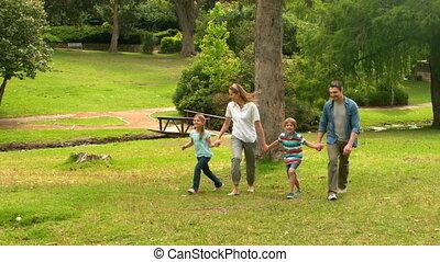park, vrolijke , het overslaan, gezin