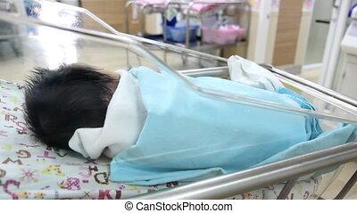 pasgeboren baby, babykamer