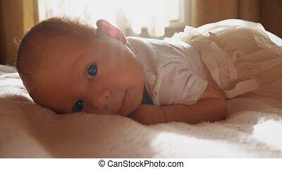 pasgeboren baby, meisje, het proberen, kruipen