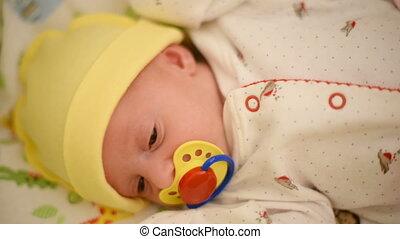 pasgeboren baby, meisje, het schreeuwen, bed