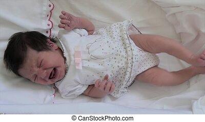 pasgeboren baby, meisje, het schreeuwen