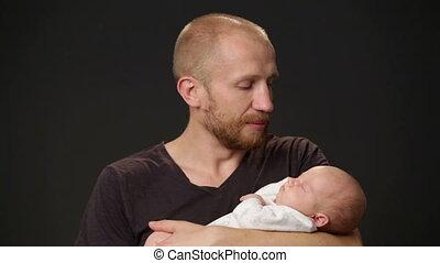 pasgeboren baby, vader, vasthouden