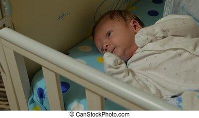 pasgeboren baby, yawning
