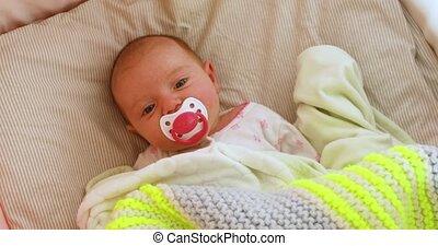 pasgeboren, beweeglijk, op, wiegje, het kijken, bovengronds, baby