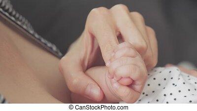 pasgeboren, grit, haar, moeder, finger., closeup, vasthoudende baby, meisje