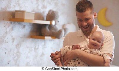 pasgeboren, home., arms., houden, toneelstukken, papa, zijn, vader, zoon, baby