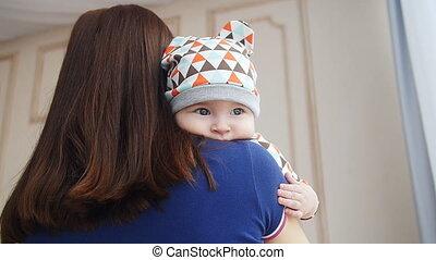 pasgeboren, jongen, baby, armen, moeder