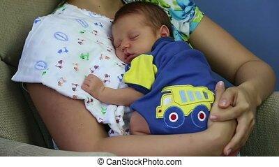 pasgeboren, slapende, armen, moeder
