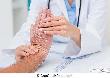 patiënten, het onderzoeken, mannelijke , pols, fysiotherapeut