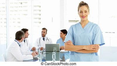 personeel, terwijl, verpleegkundige, het glimlachen, fototoestel