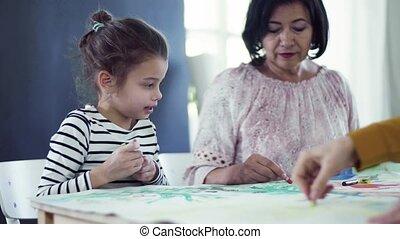 pictures., zittende , grootmoeder, moeder, kleine, tafel, meisje, schilderij, thuis