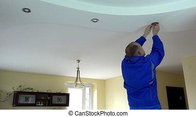 plafond, elektromonteur, ter vervanging, licht, vlek, installeren, lamp, halogeen, kerel, of