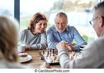 plank, groep, senior, spelend, thuis, games., vrienden