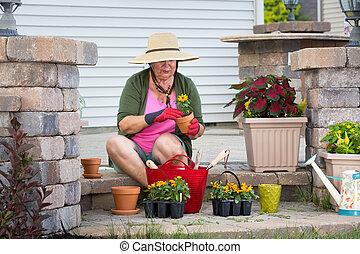 planten, potting, op, senior, dame, flowerpots