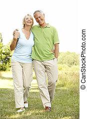 platteland, paar te lopen, middelbare leeftijd