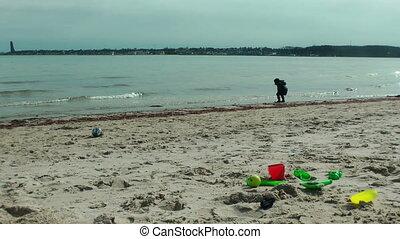 plezier, jongen, weinig; niet zo(veel), strand, hebben