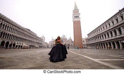 pluim, jurkje, vasthouden, vrouw, plein, wandelingen, beroemd, langs, lege