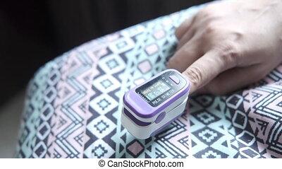 pols, jonge, gebruik, vrouwen, hand, oximeter