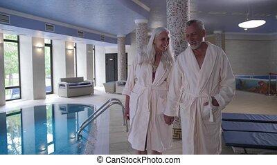 pool, middelbare leeftijd , hand, wandelende, hotel, paar