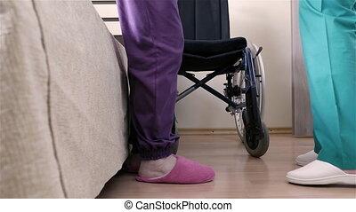 portie, vrouw, haar, wheelchair, invalide, zetten, verpleegkundige, senior