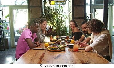 praatje, groep, multicultureel, zetten, vrienden, etentje