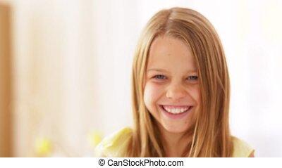 preteen, verticaal, het glimlachen meisje, vrolijke