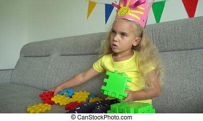 prinsesje, iets, weinig; niet zo(veel), sofa, kleurrijke, kroon, meisje, onderdelen, bouwen