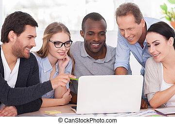 project., groep, zakelijk, werkende mensen , draagbare computer, zitten samen, creatief, het kijken, slijtage, team, tafel, ongedwongen