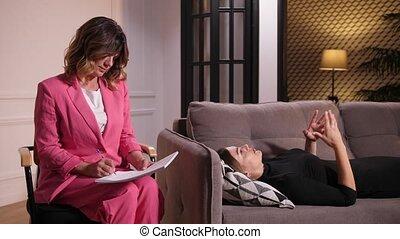 psychotherapist, sofa, vrouw, het liggen